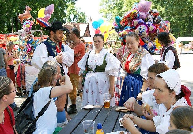 Zámecký park ve Slatiňanech patřil zábavě. Uskutečnil se tu 3. ročník oblíbeného Slatiňanského pozastavení.