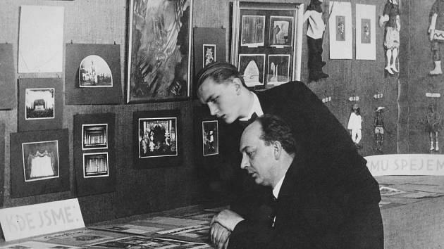 Josef Skupa se svým žákem Jiřím Trnkou na Loutkářské výstavě v Praze roku 1929.