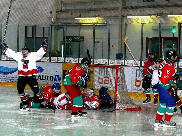 Z hokejového derby starších žáků Chrudim - Hlinsko.