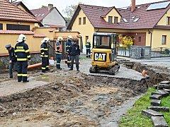 Havárie plynovodu v Hradištní ulici v Nasavrkách.