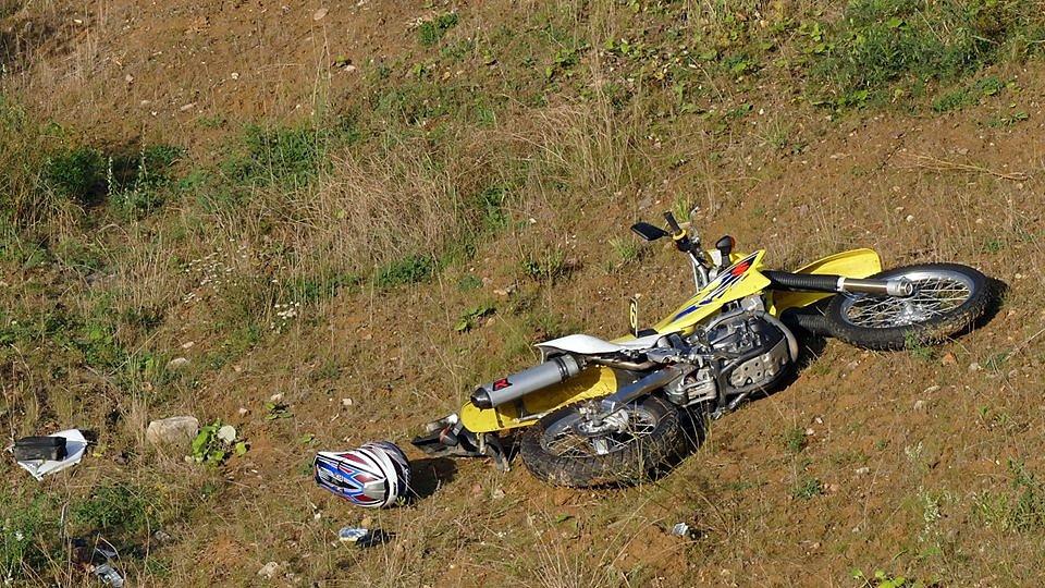 Motorkář ujížděl policistům a naboural u Dražkovic