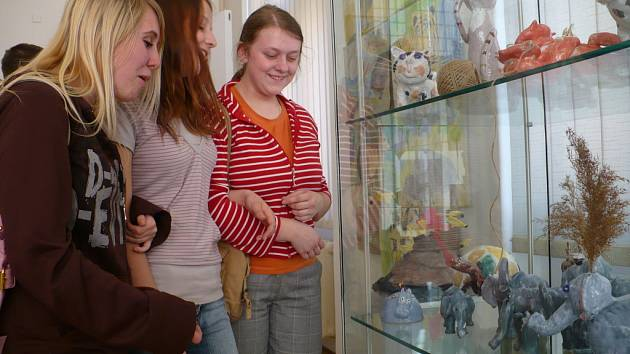 VERNISÁŽE se také zůčastnili ředitelka Regionálního muzea v Chrudimi Milena Burdychová, ředitel ZUŠ Chrudim Karel Kincl, výtvarnice Eliška Hladíková a Jaruška Laburdová, keramik Richard Herbst a výtvarnice a autorka instalované výstavy Eva Davidová.