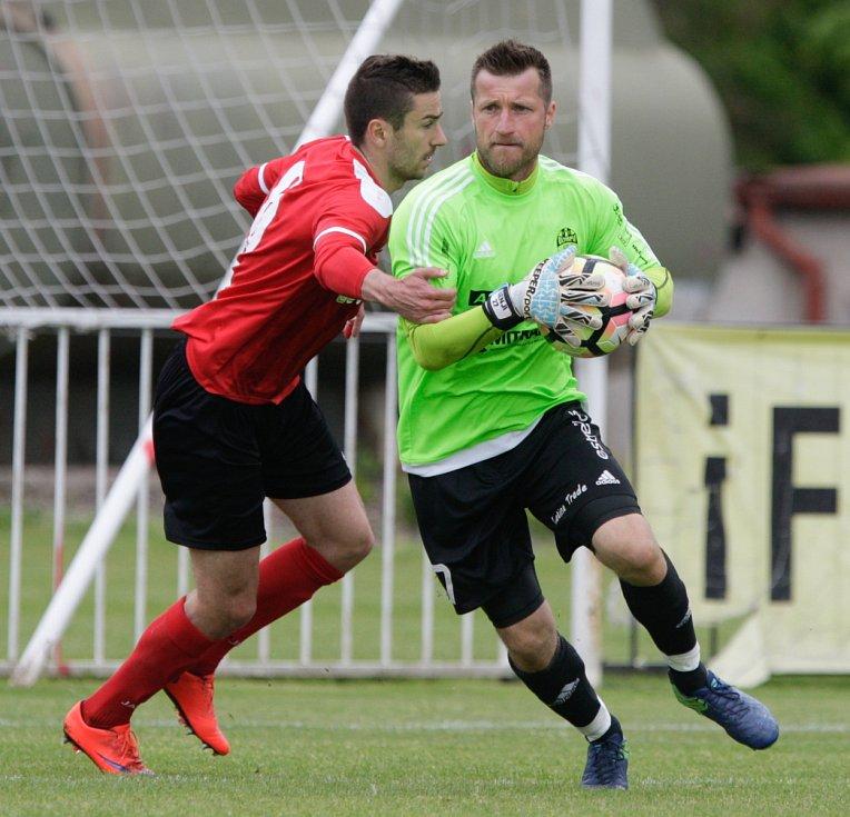 Fotbalové utkání mezi MFK Chrudim ( červenočerném) a FC Olympia Hradec Králové (v bílozeleném) na hřišti Pod vodojemem v Chrudimi.