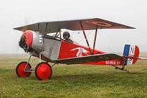 Ultralehká replika prvoválečného stíhacího dvouplošníku Nieuport 11 UL Letky Aviatické pouti na chrudimském letišti.