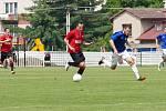 S míčem uprostřed hraje Ondřej Kesner