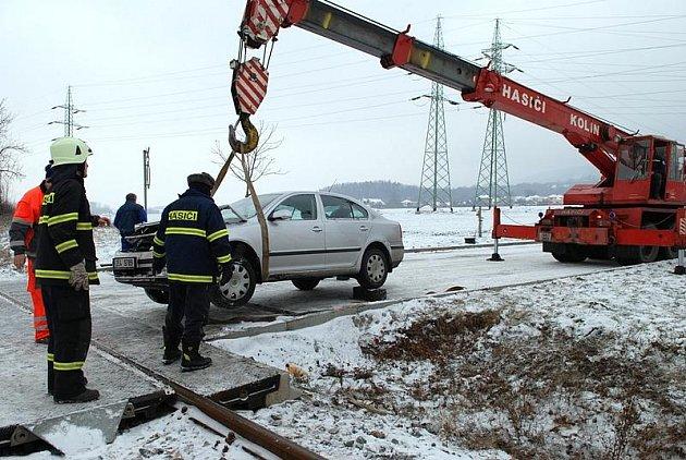 Řidič Octavie na zasněžené vozovce nedobrzdil a střetl se na přejezdu s projíždějícím vlakem.