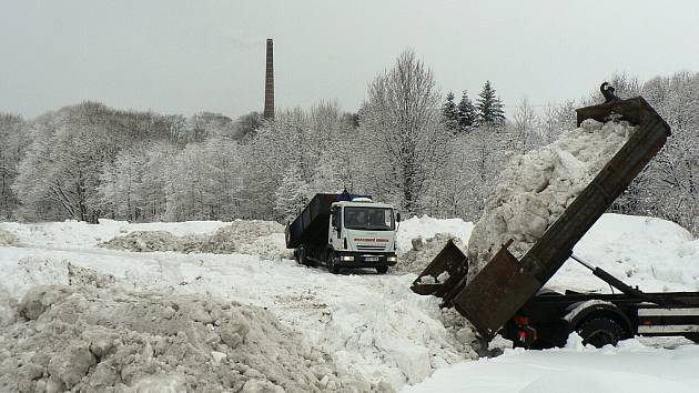 Hlinsko pod sněhem. Technické služby sváží sníh na skládku v Koutech.