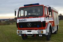 Vozový park prosečských dobrovolných hasičů se rozrostl o nový vůz značky Mercedes Benz.