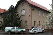 Na Základní škole v Luži řádil zloděj. Policisté ho postřelili.