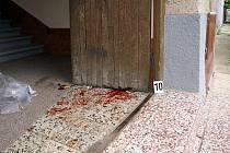 Krvavé stopy na místě, kde došlo ke střelbě.