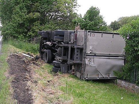 Vůz zničil část oplocení.