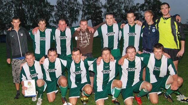 FOTBALISTÉ FC NASAVRKY po finálových výhrách 2:1 a 6:1 nad Trhovou Kamenicí převzali po odvetném finálovém klání z rukou předsedy OFS Aleše Melouna okresní pohár České pošty.