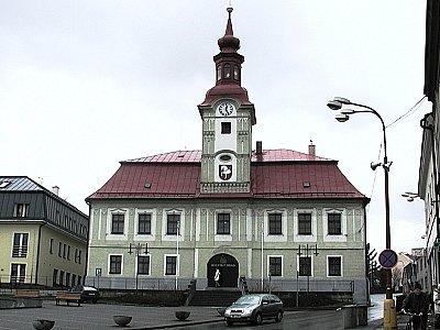 Budova hlinecké radnice na Poděbradově náměstí.