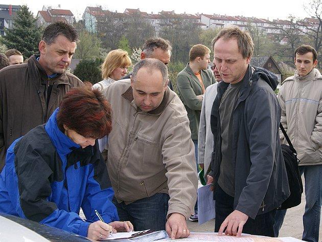 Občané protestují proti stavbě obchodního centra peticí.