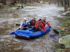 Ronovští vodáci zahájili novou sezonu splutím řeky Doubravy.