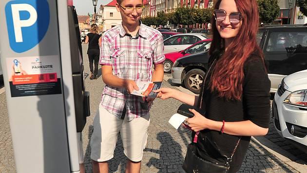 Tomáš Tenkrát vysvětluje řidičce na Resselově náměstí nové možnosti placení parkovného.