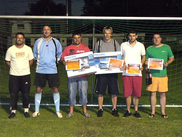 Heřmanoměstecká penalta: Zleva Tomáš Zrůst, Ladislav Kramařík, Milan Kudyn, Michal Radouš, Jaroslav Kroutil, Milan Železný.