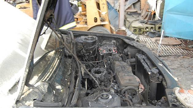 Při požáru Peugeotu 309 v hlinecké dílně úplně vyhořel motor vozu.