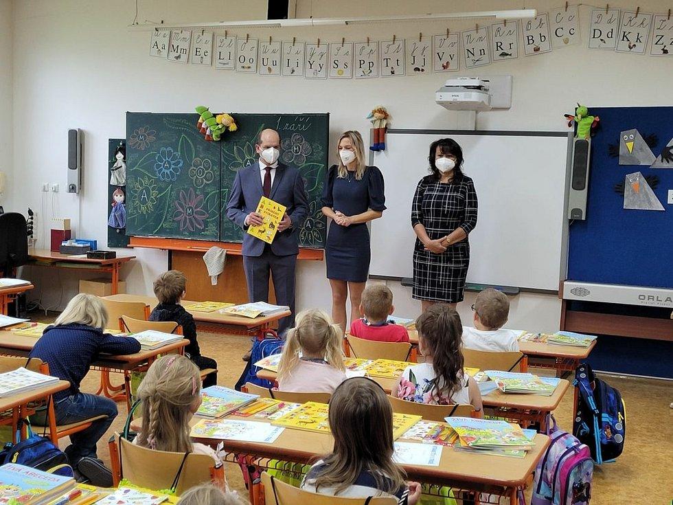 S prvňáky se setkal prosečský starosta Jan Macháček. První školní den byl premiérou i pro novou ředitelku tamní školy Romanu Peškovou.