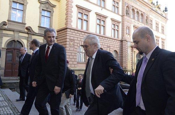 Po příjezdu kchrudimskému Muzeu prezidenta uvítal starosta Chrudimi Petr Řezníček.