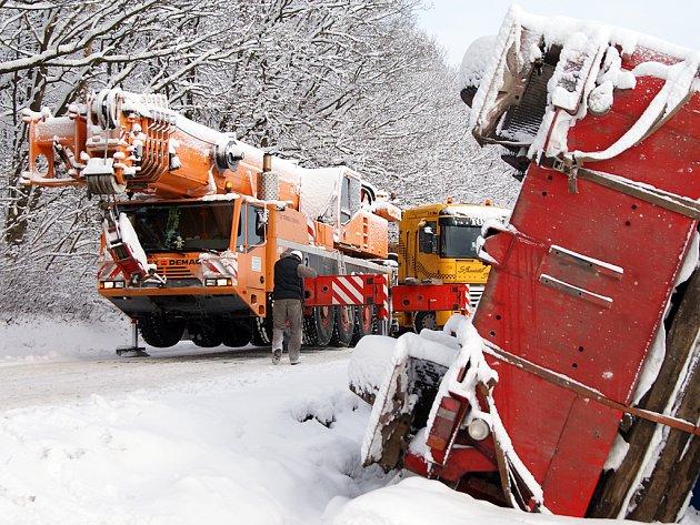 Silnice mezi Sečí a Chotěnicemi byla několik hodin uzavřena, těžká technika tu vyprošťovala stotunový jeřáb, který se převrátil do příkopu.