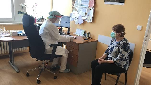 Roušky lidé k lékaři stále nosí, i když to není povinné.