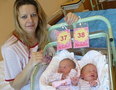 NIKOLKA (3,224 kg, na horním snímku) a NATÁLKA (3,1 kg, dolní foto) TRÖGNEROVY potěšily 12.1. ve 12:47 a 12:49 nejen rodiče Andreu a Rudolfa z Chrudimi, ale i sourozence Andreu (15), Miroslava (14) a Patrika (5).
