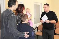 Ivan Pištora předává rodině obálku s penězi. Společnost J. J. Pestalloziho bude hledat další cesty, jak finančně pomoci nejpotřebnějším.