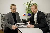 Místostarostové zleva Pavel Šotola (Hlinsko) a Roman Málek Chrudim nad zimním vydáním Turistických novin.