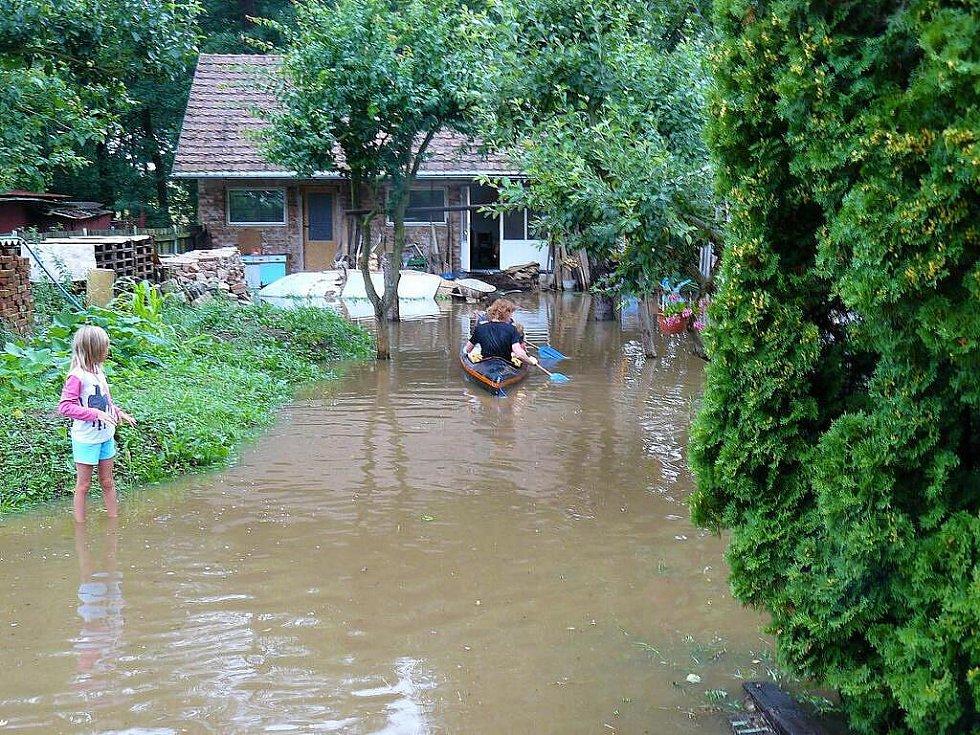Voda zaplavila i Přestavlky. Děti měly radost z projížďky kánoí, lidé, kterým přívaly zaplavily zahrady a sklepy už tak nadšení nebyli.