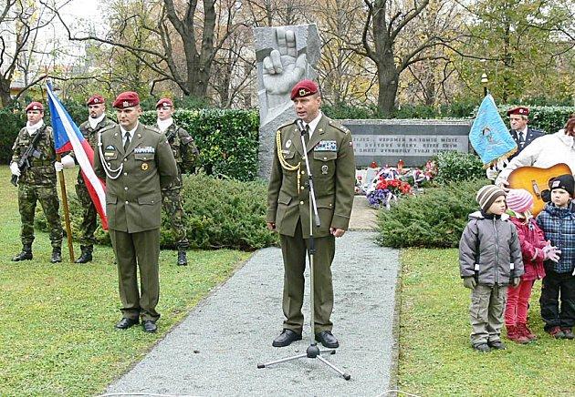 U pomníku Přísaha uctili Den veteránů.