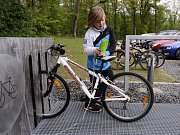Ze slavnostního otevření parkoviště a cyklistického zázemí