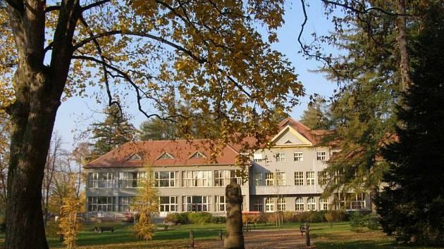 Park a arboretum u Hamzovy léčebny pro děti a dospělé v Luži-Košumberku.