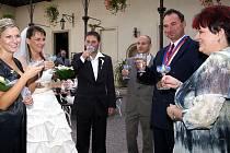 Svatební obřad na nádvoří zámku.