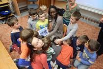 Cornelie Lebvoua z Konga ukazuje dětem zajímavé obrázky ze své země.