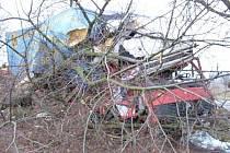 Nákladní automobil narazil u Údav do stromu.