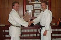 Karatista Ondřej Charvát (vpravo na snímku) obdržel při udělování  technických stupňů v karate (pásů) z rukou zkušebního komisaře  1. třídy 4. Dan Miloslava Zdražila (vlevo na snímku) titul mistra bojových umění  a černý pás v karate 1 Dan.