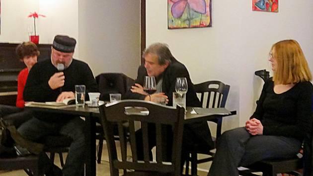 V chrudimské kavárně Chill café se konal večer autorské četby přímo od jejich autorů Vandy Vávrové, Jiřího Rybišára a Ivana Baboráka.