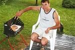 Můj manžel moc rád griluje. Jeho šťavnatým steakům nebo grilovanému kuřátku neodolá nikdo z rodiny ani přátelé. Má na to recept, který si nechává jako tajemství. Vždy se proto moc těšíme na léto, kdy se můžeme všichni sejít a  ještě si takto pochutnat.