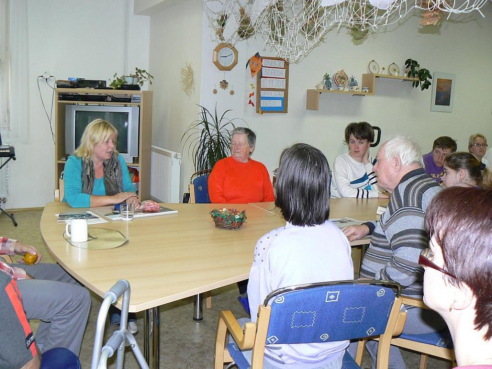 Preventistka Radka Pochobradská učila seniory přecházet bezpečně vozovku