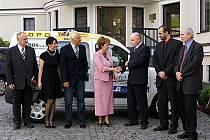 Barevné autíčko dovezené do Chrudimě je díky iniciativě agentury Kompakt již  sto dvacáté v pořadí.