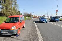 Automobil odstavený u silnice směrem ke Kauflandu v Chrudimi.