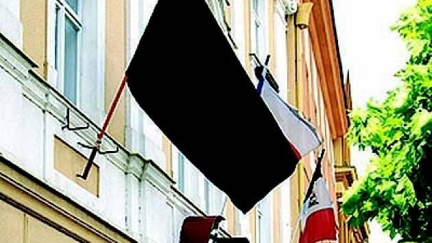 Na budovách v Chrudimi visí černé vlajky.