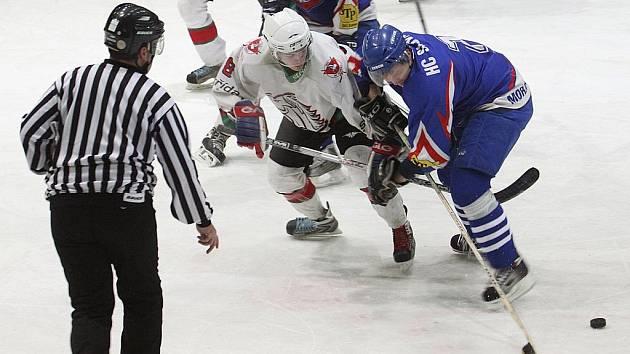 HLINSKO - MORAVSKÁ TŘEBOVÁ. Síla Hlineckých roste zápas od zápasu, což potvrdili hned v úvodu tohoto střetnutí, kdy zaskočili třetí tým tabulky během třinácti minut čtyřgólovým direktem.