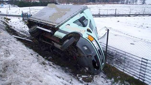 Řidič náklaďáku dostal na náledí smyk a havaroval do plotu. V době nehody byl pod vlivem alkoholu.