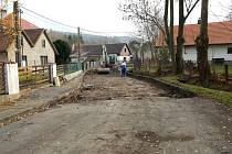 Oprava silnice v Počátkách.
