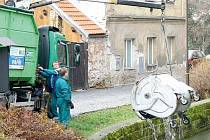 Zaměstnanci Technických služeb Chrudim likvidují následky řádění vandalů.