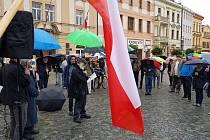 I přes vytrvalý, i když drobný déšť, přišlo na úterní demonstraci na Resselově náměstí podle odhadu Deníku kolem 150 lidí, podle organizátorů dokonce 180 lidí.