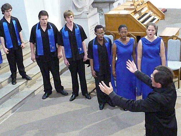 Koncert sboru Belcanto z JAR úplně uchvátil návštěvníky kostela. Africké i jiné rytmy zaujaly každého.