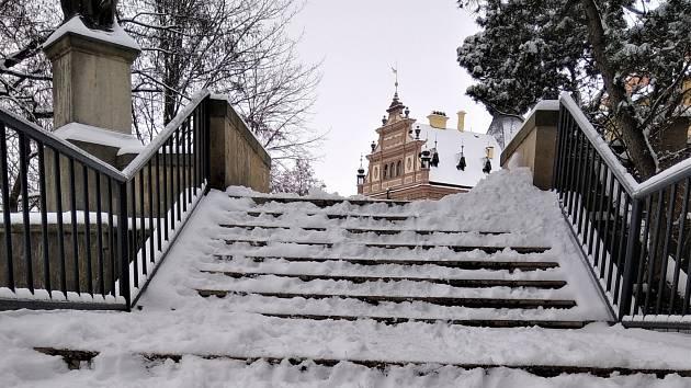 SCHODY DO ŠIROKÉ ULICE v Chrudimi byly včera v poledne ještě v neutěšeném stavu. Plán zimní údržby má zřejmě tuto část města až na nižší příčce žebříčku aktuálnosti.